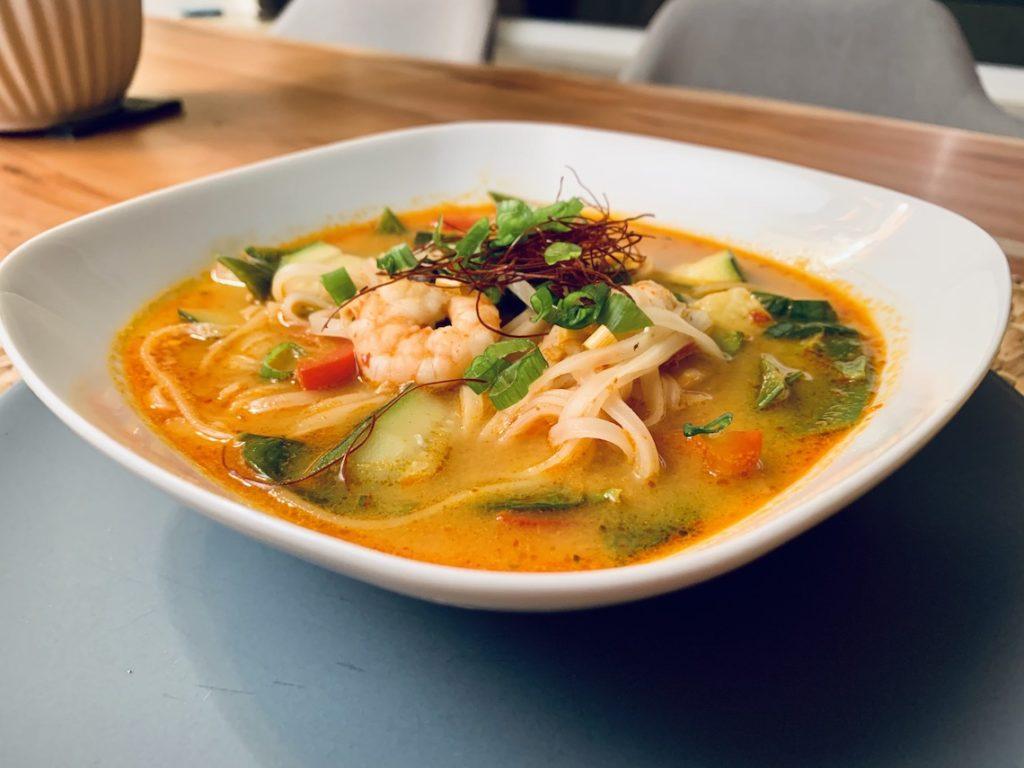 Rote Thai Suppe mit Garnelen